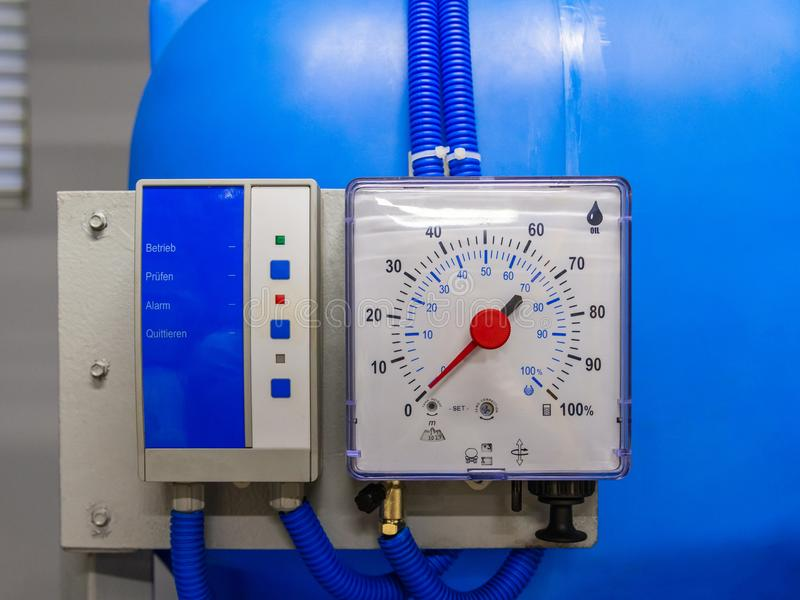 Промышленный измеряющий прибор для воды и масла в проценте Панель сигнала тревоги стоковая фотография