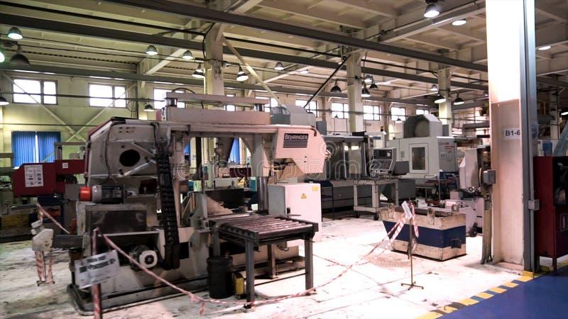 Промышленный интерьер металла обрабатывая магазин на фабрике с особенным оборудованием footage Зала продукции  стоковое изображение rf