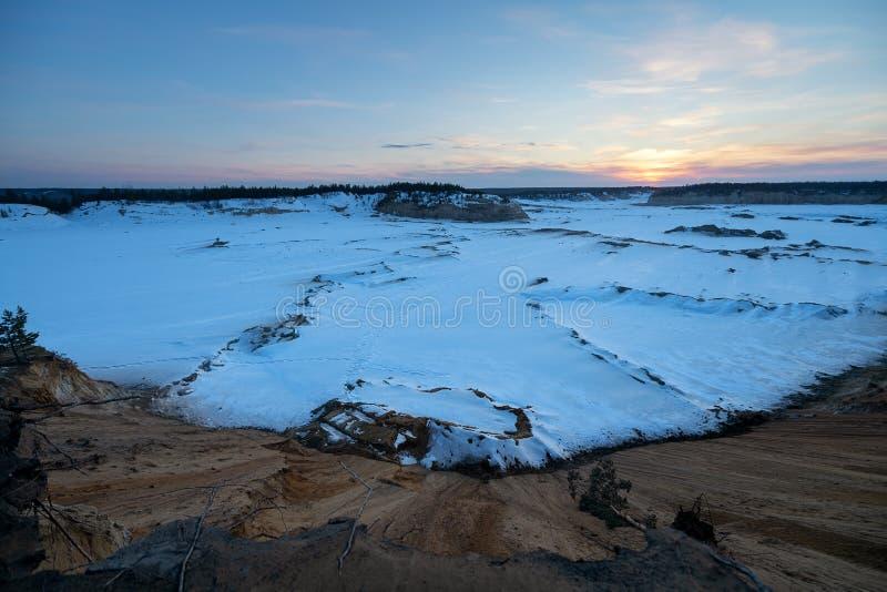Промышленный карьер песка для строительства дорог в зиме стоковое изображение rf
