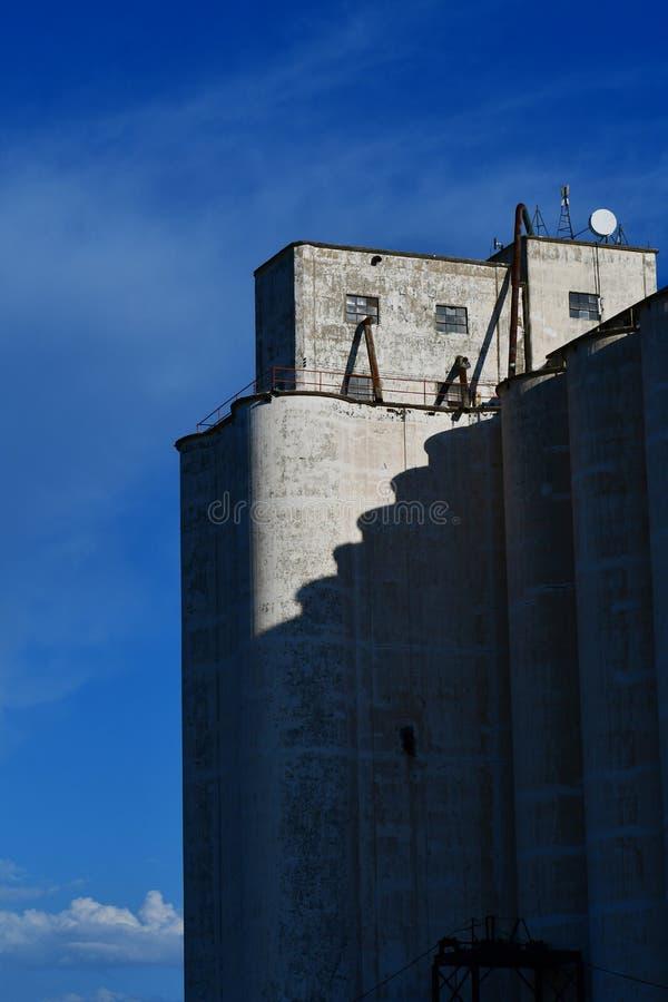 Промышленный конкретный лифт зерна против голубого неба стоковое фото