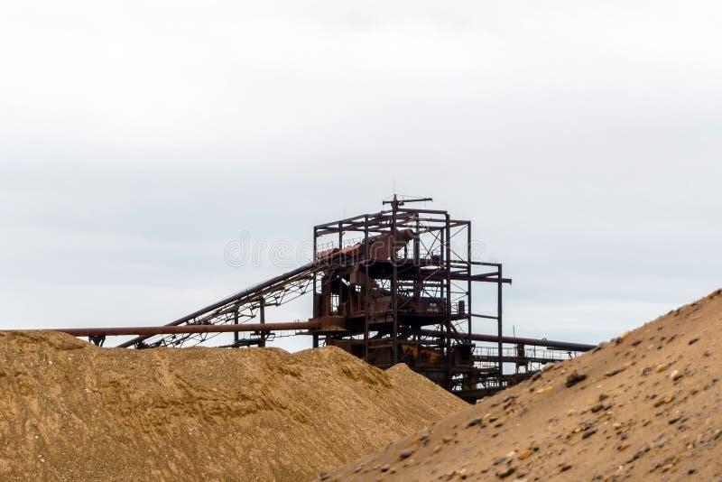 Промышленный ландшафт с разделителем песка и гравия стоковое фото rf