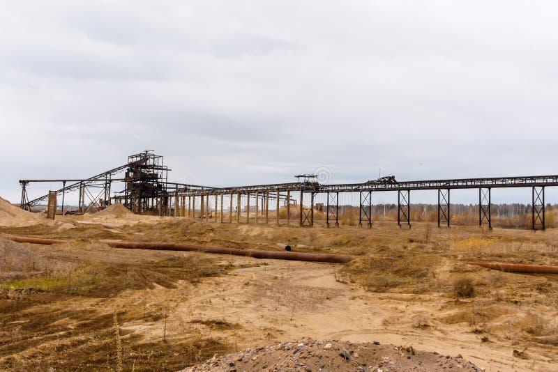 Промышленный ландшафт с разделителем песка и гравия стоковое изображение