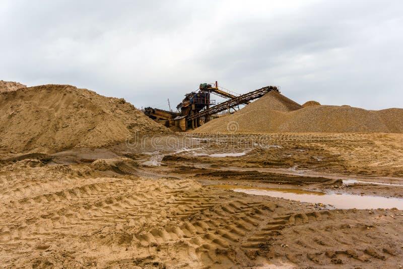 Промышленный ландшафт с разделителем песка и гравия стоковое изображение rf