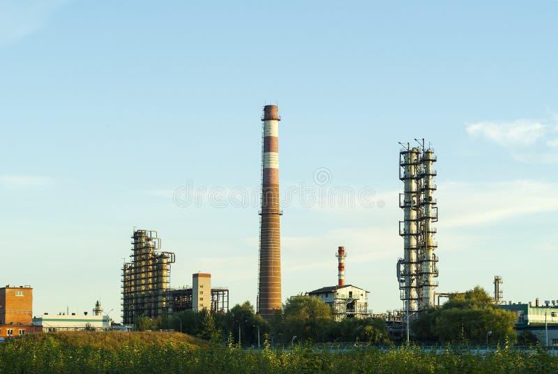 Промышленный ландшафт с химической фабрикой стоковые изображения