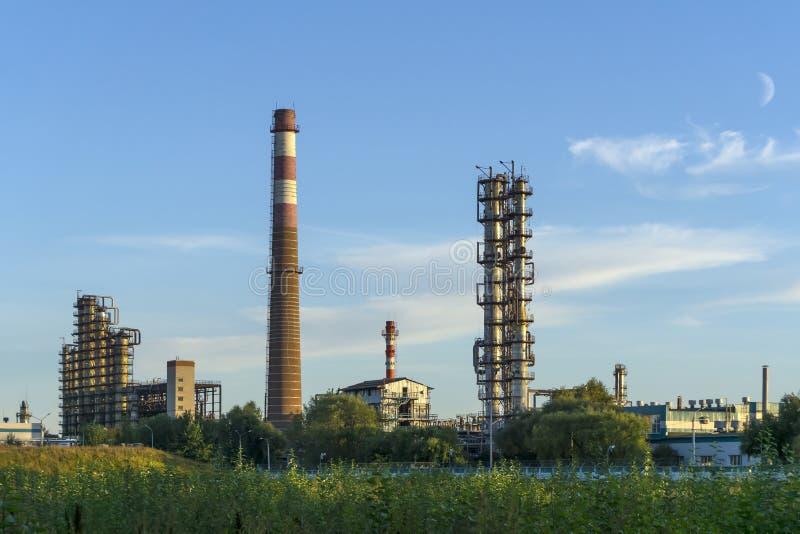 Промышленный ландшафт с химической фабрикой стоковая фотография rf