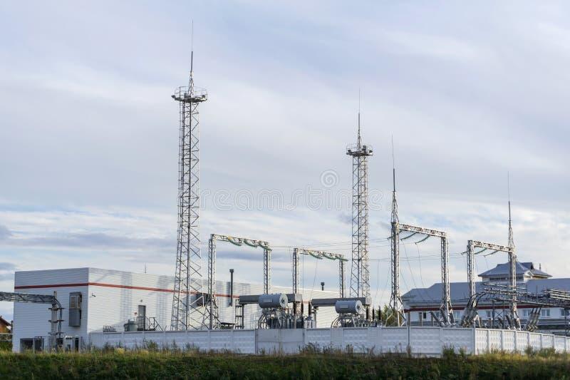 Промышленный ландшафт с электрической подстанцией стоковое фото rf