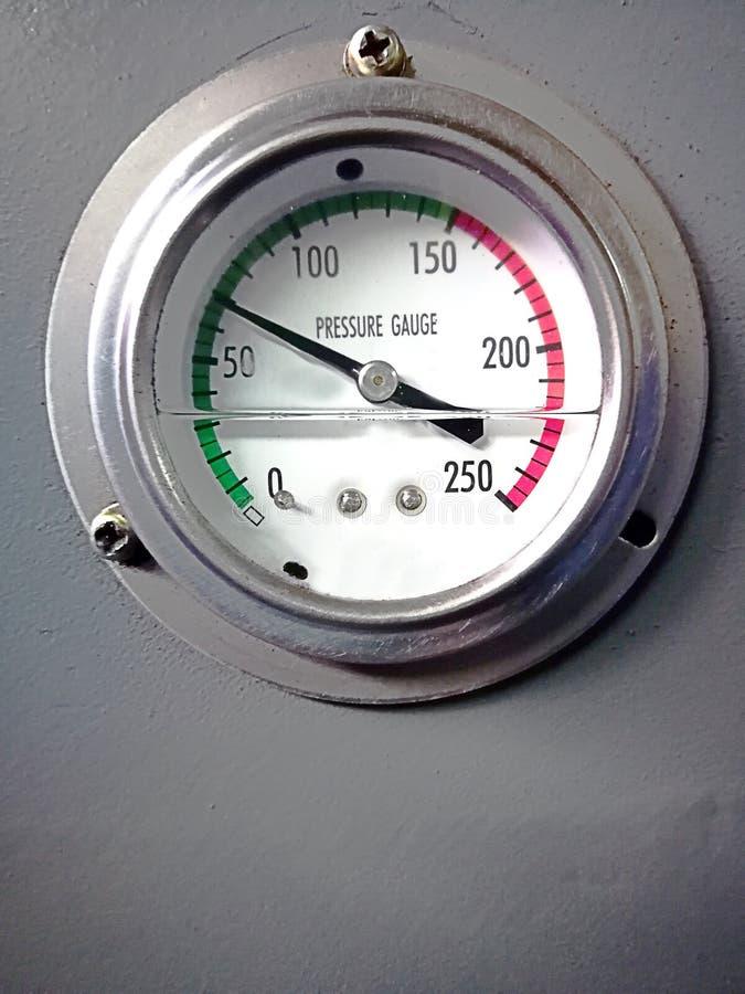 промышленный манометр аппаратуры измерения давления с стрелкой на серой предпосылке стоковое изображение rf