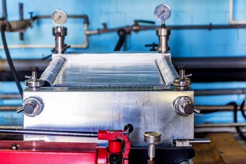 Промышленный механизм фильтра патрона на винодельне стоковая фотография rf