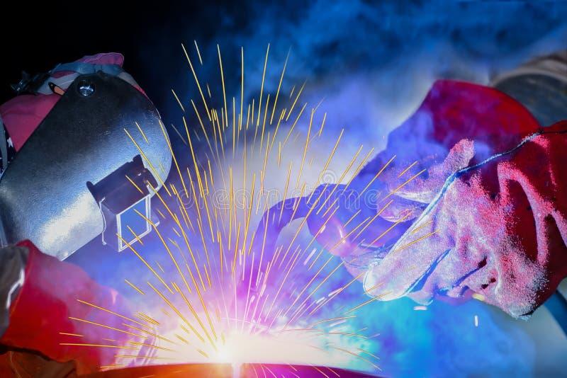 Промышленный работник на фабрике сваривая отростчатый конец вверх стоковые изображения rf