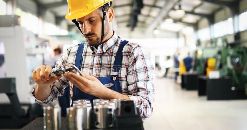 Промышленный работник фабрики работая в обрабатывающей промышленности металла стоковые фотографии rf