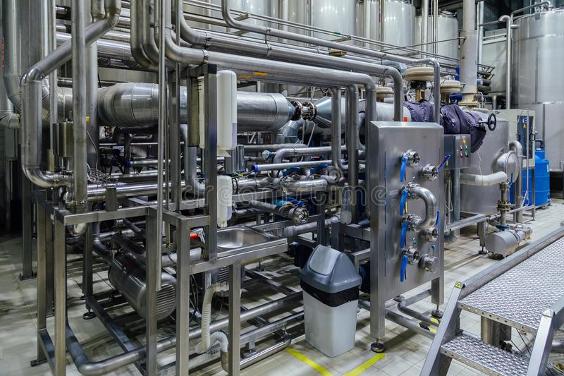 Промышленный трубопровод нержавеющей стали соединился с vats и модулирующими лампами стоковое фото