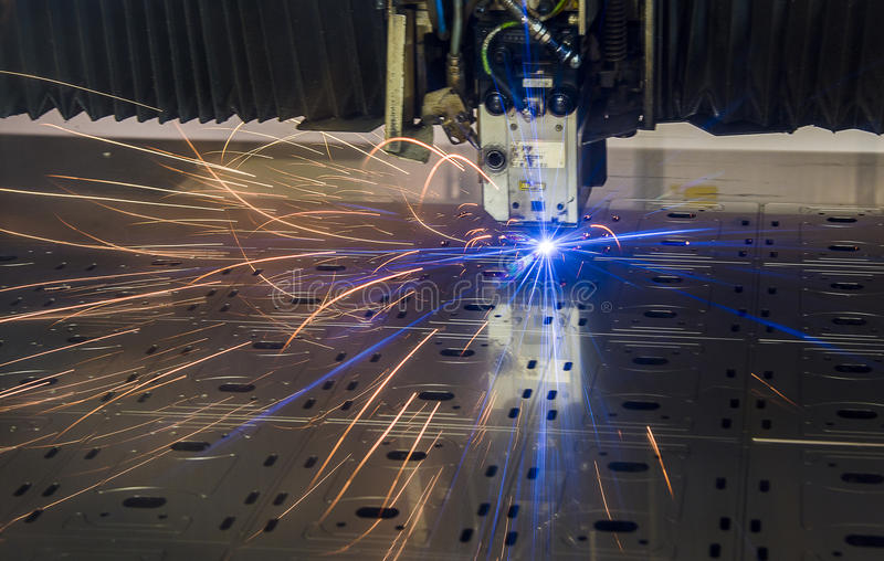Промышленное вырезывание лазера обрабатывая технологию изготовления материала металлического листа плоского листа стального с иск стоковое фото rf