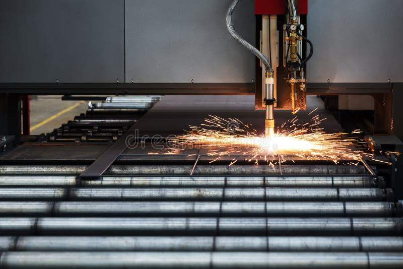 Промышленное вырезывание плазмы cnc металлической пластины стоковые изображения