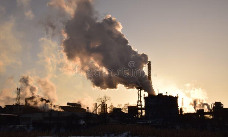 Промышленное загрязнение под заходящим солнцем стоковое фото rf