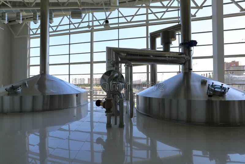 Промышленное оборудование в блоках завода для продукции пива стоковые фото