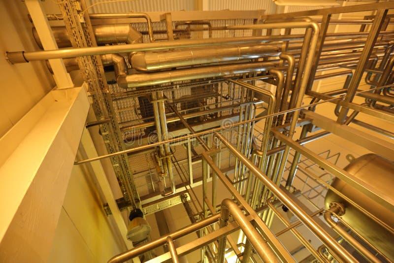 Промышленное оборудование в блоках завода для продукции пива стоковые изображения