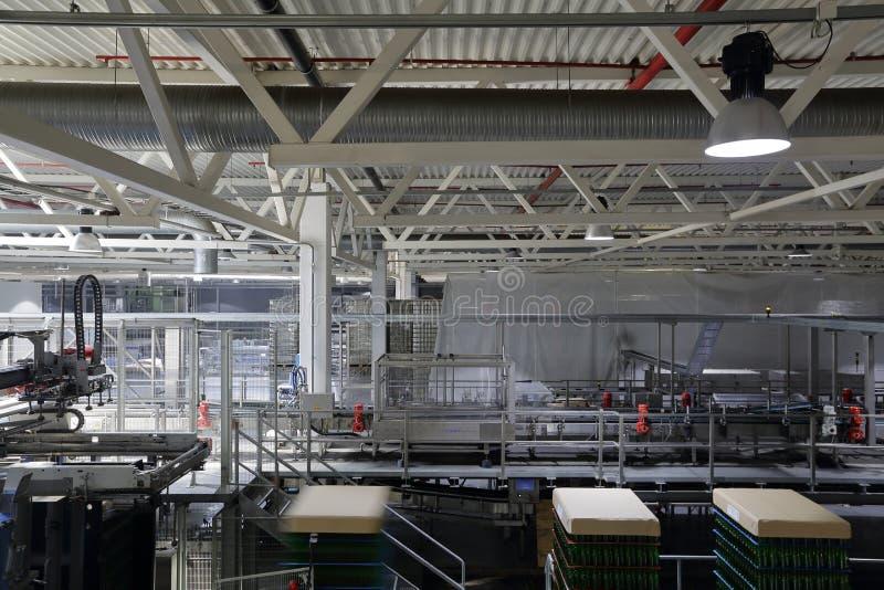 Промышленное оборудование в блоках завода для продукции пива стоковое изображение rf