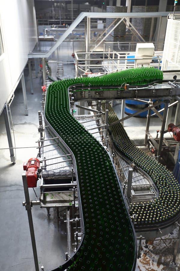 Промышленное оборудование в блоках завода для продукции пива стоковые фотографии rf