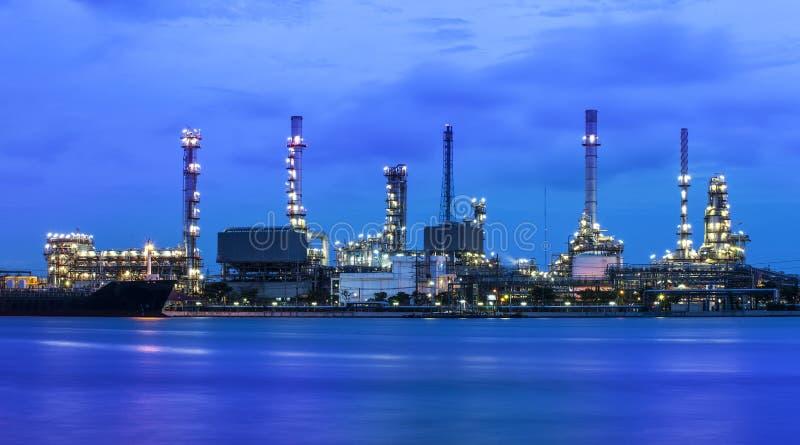 Промышленное предприятие рафинадного завода на сумерк в Бангкоке Таиланде. стоковые фото