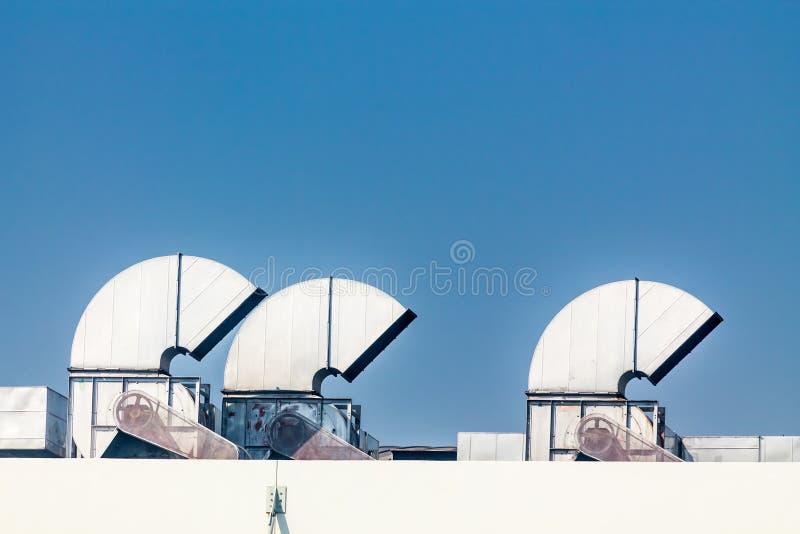 Промышленные кондиционер и системы вентиляции на крыше стоковые изображения