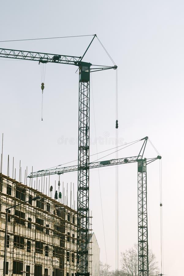 Промышленные краны на строительной площадке стоковое фото rf