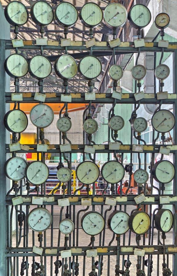 Промышленные манометры в фабрике стоковое изображение rf