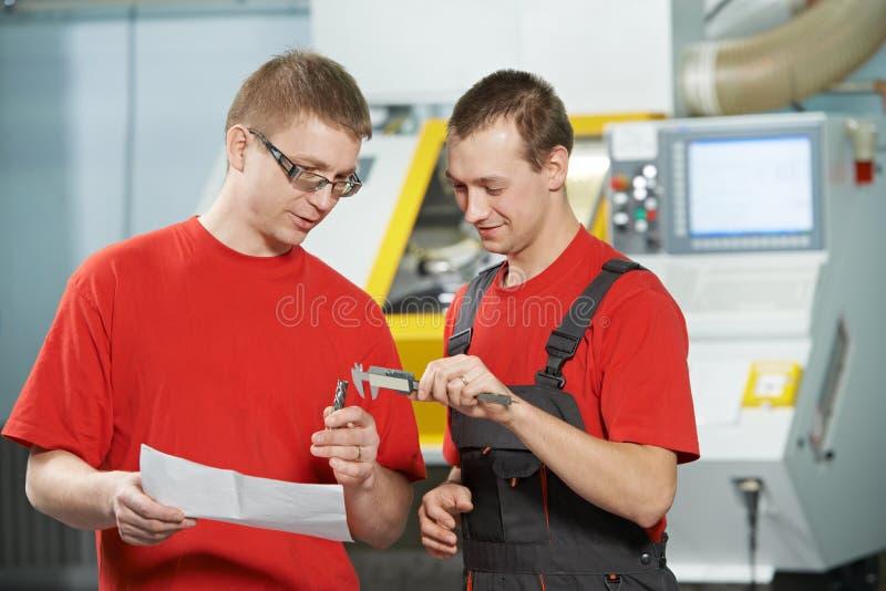 Промышленные работники на мастерской инструмента стоковое изображение