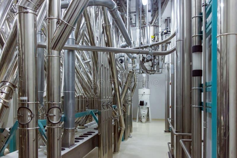 Промышленные трубы внутри фабрики стоковые изображения rf