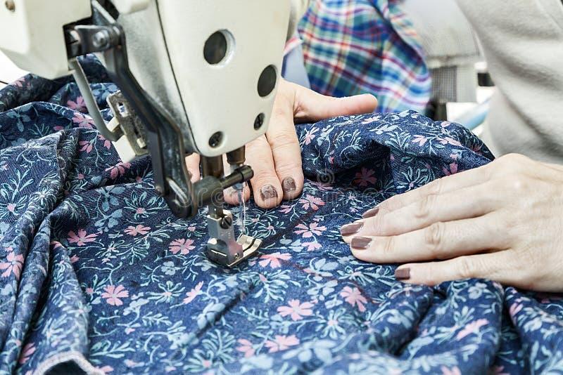 Промышленные швейные машины с оператором швейной машины стоковое фото