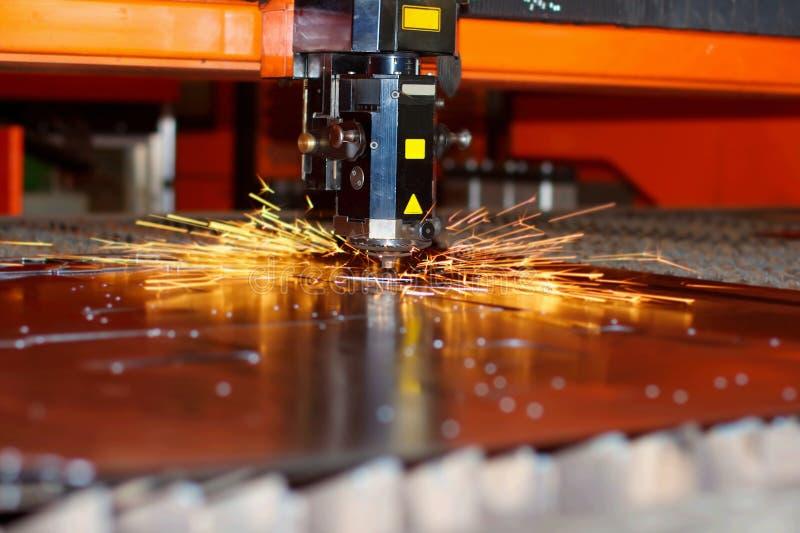 Промышленный лазер с искрами стоковые изображения