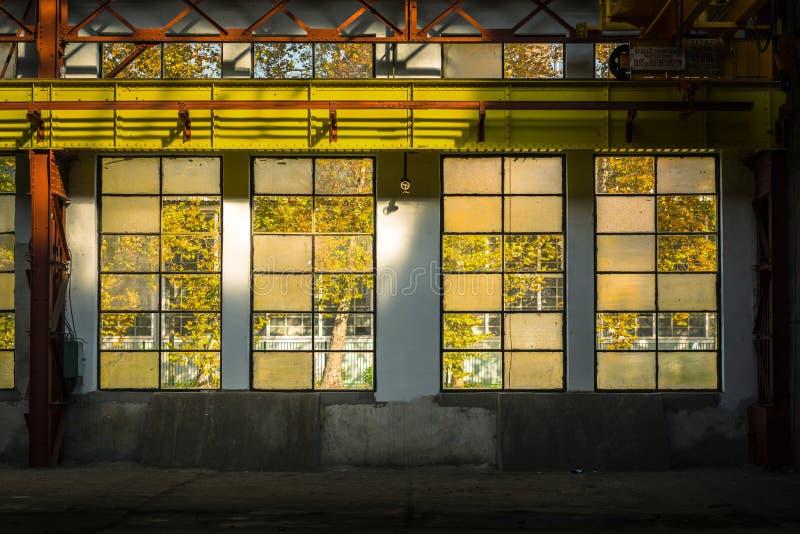Промышленный интерьер с светом br стоковая фотография