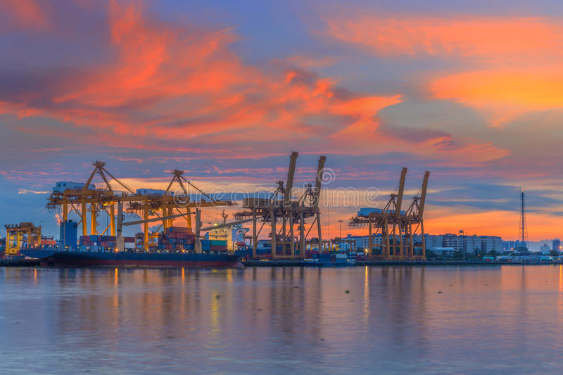 Промышленный корабль перевозки груза контейнера с работая bridg крана стоковое изображение