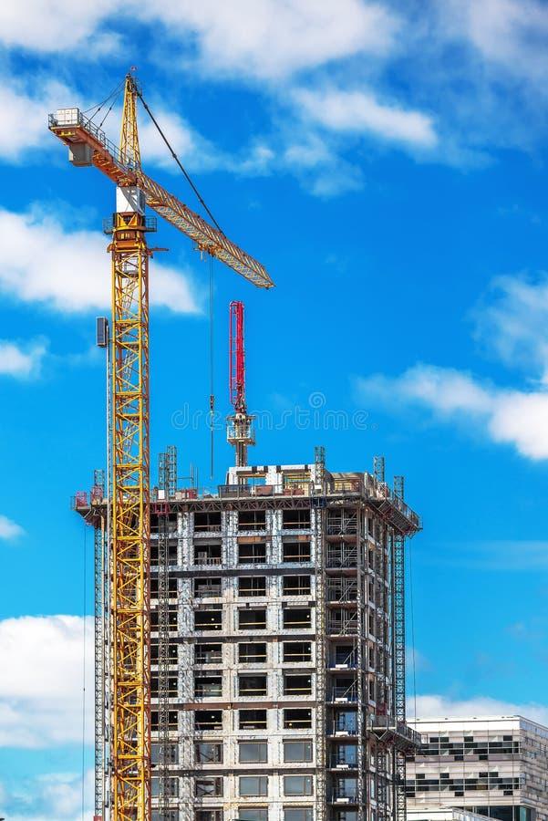 Промышленный кран работая на строительной площадке стоковое изображение