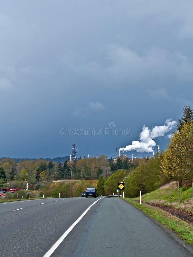 Промышленный пар от нефтеперерабатывающего предприятия в штормовой погоде стоковое фото rf