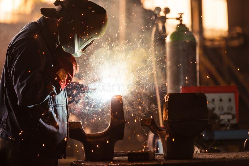 Промышленный работник на фабрике стоковые фотографии rf