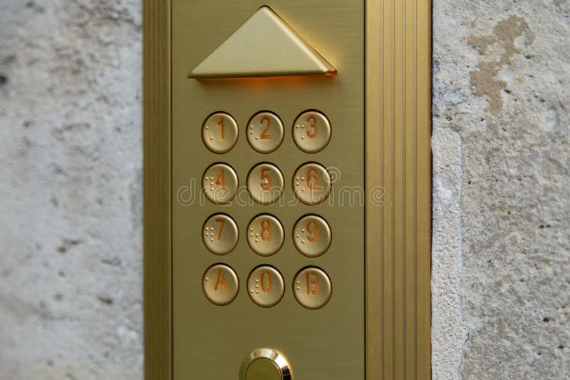 Пронумеруйте пусковую площадку на двери, кнопочной панели номера на двери стоковые изображения rf