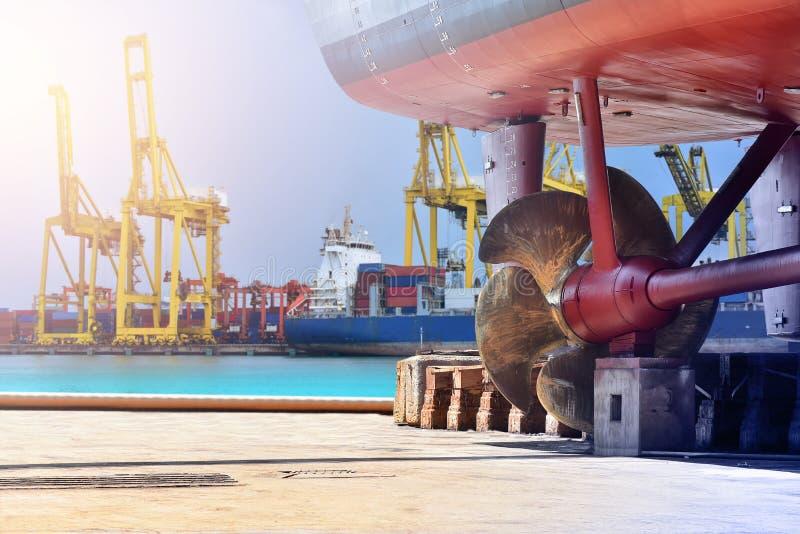 Пропеллер корабля верфи кормовой, штурвал и shafting гаван регулятор, топограф, проверяя окончательный ремонтировать пропеллера н стоковое фото