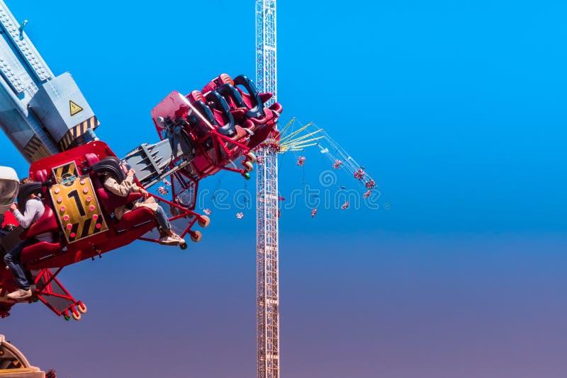 Пропеллер, огромный закрепляя петлей carousel, во время rollover перед слишком большим цепным carousel на фестивале стрельбы в Ha стоковые изображения rf