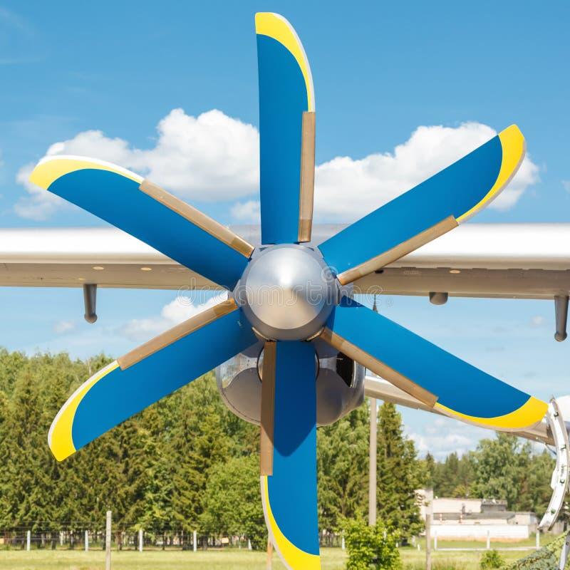 Пропеллер двигателя турбовинтового самолета на светлом транспортном самолете стоковые фото