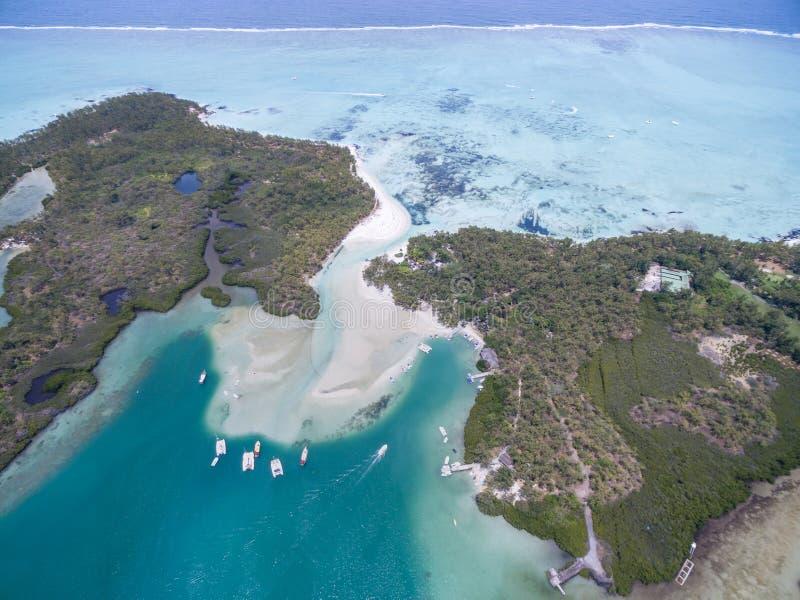 Пропилы Ile вспомогательные, остров оленей сверху Ландшафт с океаном и пляжем с яхтой в предпосылке Маврикий стоковые фотографии rf