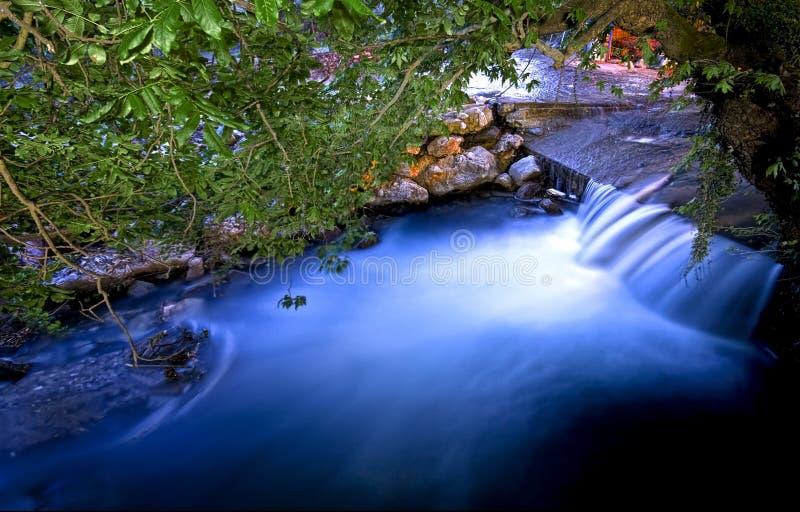 пропуская валы реки вниз стоковое фото rf