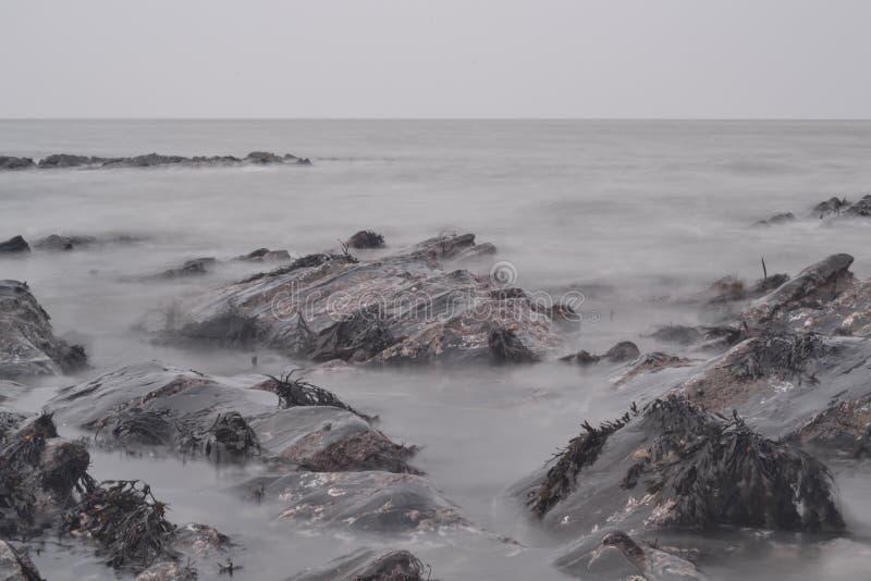 Пропуская океан над утесами стоковые изображения