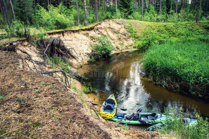 Пропуская река и каное на береге стоковое фото