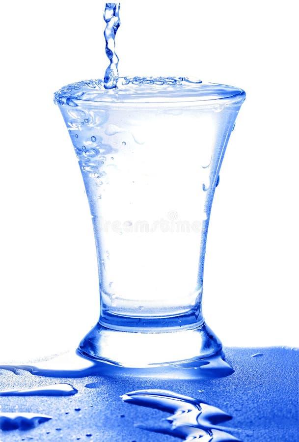 пропуская стеклянная вода стоковое изображение