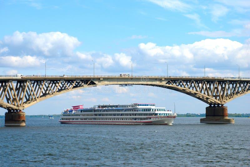 пропуски моста грузят вниз стоковые фото