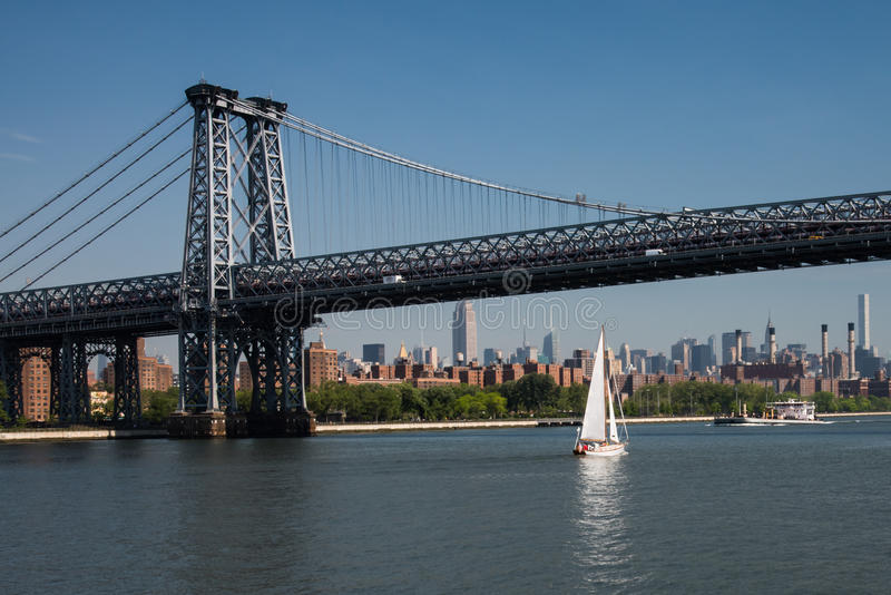 Пропуски парусника под мост Williams город New York стоковые фотографии rf
