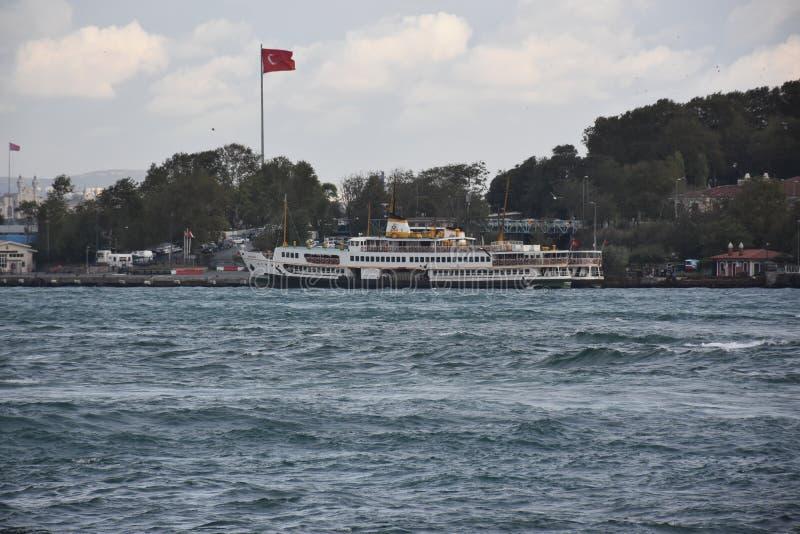 Пропуски яхты перед дворцом Topkapi в Стамбуле стоковое изображение rf