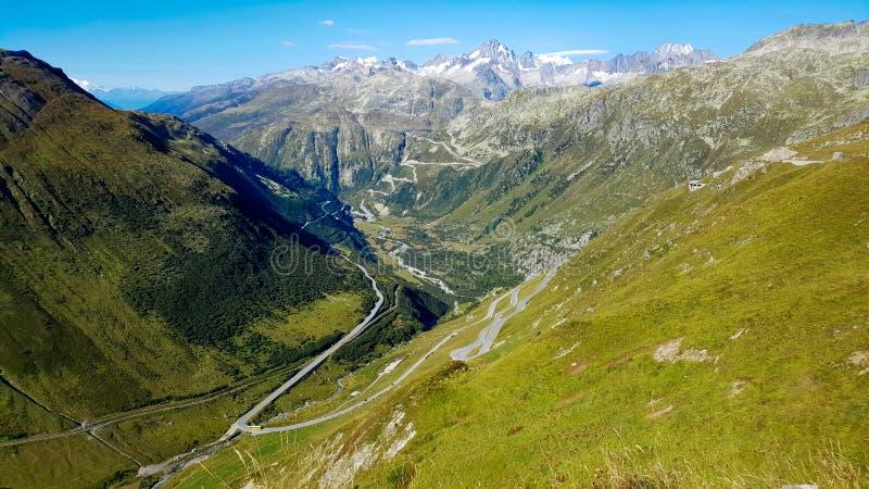 Пропуск Grimsel в Альпы от пропуска Furka в Швейцарию стоковые фото