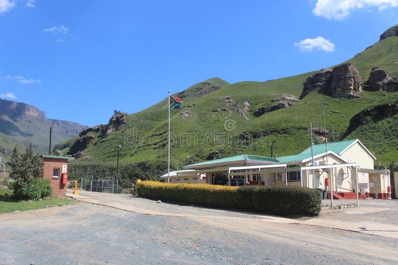Пропуск Sani, пограничная застава Kwazulu Natal Южной Африки, выход к Лесото, африканский праздник перемещения стоковое фото