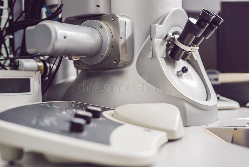 Просвечивающий электронный микроскоп в научной лаборатории стоковое изображение rf